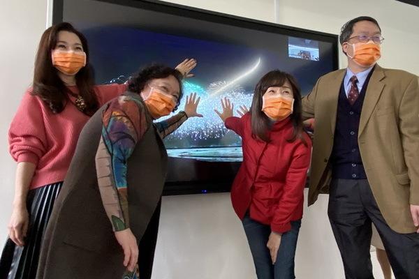 成大護理系iNursing Space遠距直播教室11日在校長蘇慧貞(右二中)按下螢幕後,正式啟用
