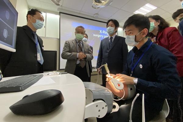 賴清德(左三)參觀牙醫器材