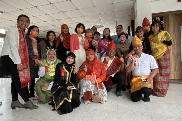 護理學系的各國學生身穿傳統服飾參加iNursing Space啟用儀式